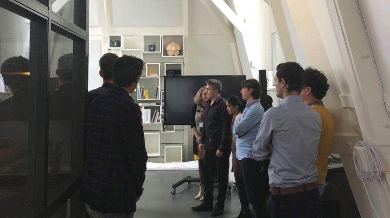 groep kijkt naar presentatie