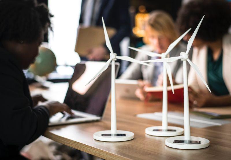 Mensen in vergadering met windmolens