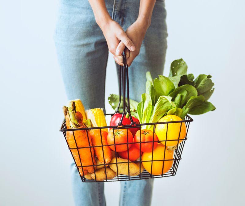 Mand met fruit en groenten