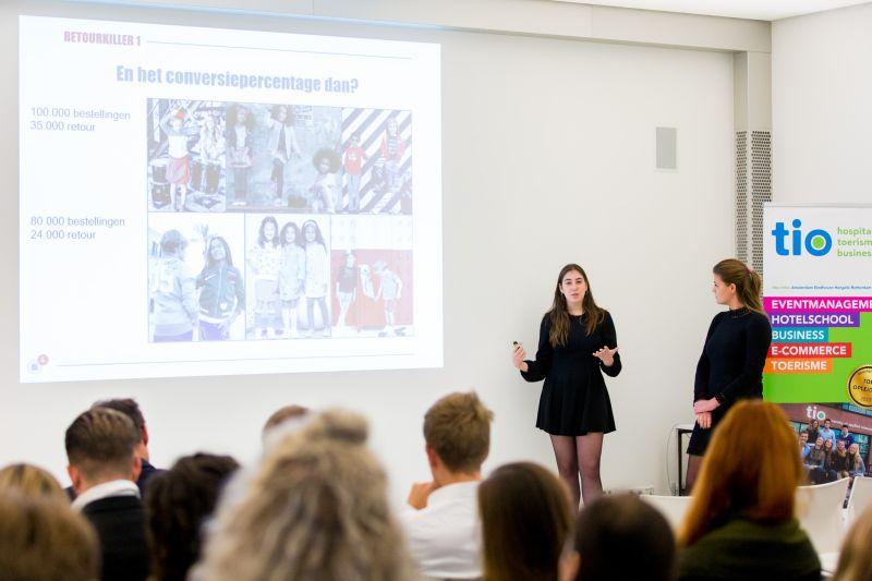 Studenten Tio geven presentatie
