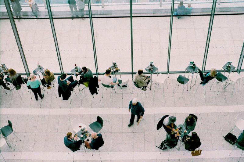 Mensen aan tafeltjes in een restaurant