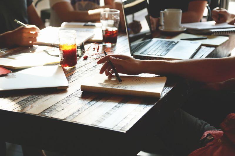 Groep mensen werkt aan tafel